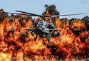 Tin thế giới - 24h qua ảnh: Trực thăng tấn công AH-64D Apache trình diễn trước biển lửa