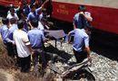 Tin trong nước - Cố tình đi xe máy qua đường sắt, người phụ nữ bị tàu hỏa hất văng
