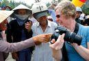 Ăn - Chơi - Những hình ảnh nhân hậu giữa người Việt với du khách nước ngoài