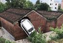 Có điều bí ẩn gì khiến ngôi nhà thờ họ bị ô tô đâm xuyên tường 4 lần