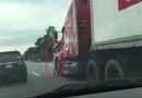 An ninh - Hình sự - Chiến sỹ CSGT bám đầu xe container bị hất văng xuống đường