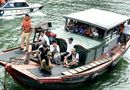 """Tin trong nước - Phát hiện tàu """"nhiều không"""" chở 30 khách tham quan Vịnh Hạ Long"""
