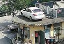 Cộng đồng mạng - Chủ xe không chịu trả phí đậu xe, ngang bướng đỗ chặn lối: Xe bị cẩu lên nóc nhà