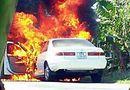 """Tin tức - """"Bà hỏa"""" ghé thăm, xe Camry bị thiêu rụi trên đường"""