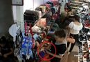 """Tin tức - Clip: """"Nữ quái"""" vờ mua đồ rồi trộm điện thoại trong cửa hàng giày"""
