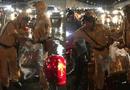 Đời sống - Hai chiến sĩ CSGT phát áo mưa miễn phí cho người dân trong hầm Thủ Thiêm vào đêm Trung thu