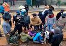 Tin tức - Vụ bịt mặt khiêng dân ra khỏi công trình: Tạm dừng thi công cầu