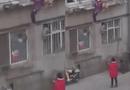 Tin tức - Bắt con gái tay không trèo lên tầng hai vì quên chìa khóa, bà mẹ bị dân mạng chỉ trích