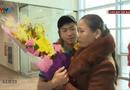 Tin tức - Sự thật khoảnh khắc mẹ cầu thủ Văn Đức lặng lẽ ôm con khóc ở sân bay
