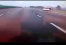 Tin tức - Cãi nhau với bạn trai, cô gái trẻ liều mình nhảy khỏi ô tô đang phóng nhanh trên cao tốc