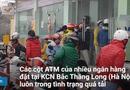 Tin tức - Công nhân rút tiền từ ATM cuối năm: Chen lấn, cãi vã và... chờ may mắn