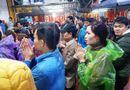 """Tin tức - Ảnh: Hàng nghìn người đội mưa đổ về chợ Viềng """"mua may bán rủi"""""""