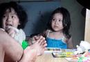 Giải trí - Biểu cảm siêu đáng yêu của hai cô bé khi thấy bố bị thương