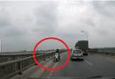"""Tin tức - Thót tim với nữ """"ninja"""" chở người già, trẻ em đi ngược chiều trên cầu"""