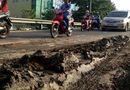 Tin tức - Nhiều xe máy trượt ngã vì đường đầy bùn nhão