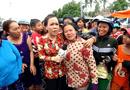 """Giải trí - Clip """"fan ruột"""" của Việt Hương: Bỏ cả con dâu đau đẻ để chụp ảnh với thần tượng"""