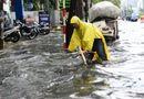 Tin tức - Đường Sài Gòn ngập sâu nửa mét sau mưa lớn, xe chết máy hàng loạt