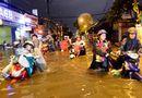 """Tin tức - Người Sài Gòn hì hụi đẩy xe, chật vật """"bơi"""" trong biển nước sau trận mưa lớn"""