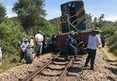 Tin tức - Tàu hỏa tông văng xe tải 15 mét, đường sắt Bắc - Nam bị tê liệt