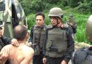 """Tin tức - Video: Cảnh sát dùng xe bọc thép đột kích sào huyệt của """"trùm"""" ma túy"""