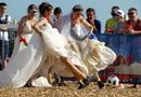Ăn - Chơi - Đội tuyển Nga chiến thắng, các cô dâu mặc váy cưới đá bóng ủng hộ đội nhà
