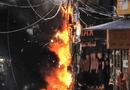 Tin tức - Trụ điện bất ngờ phát nổ như pháo hoa, xe máy đùng đùng cháy theo