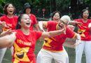 Xã hội - Kỳ lạ bộ môn Yoga ở Hồ Gươm: Cứ tham gia là phải... cười