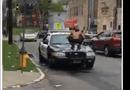 Tin tức - Video: Người đàn ông cởi trần nhảy lên 3 xe cảnh sát đập phá