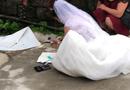 """Tin tức - Video: Cô dâu cặm cụi ngồi trước ngõ """"cộng sổ"""", mặc kệ quan viên hai họ trong hôn trường"""