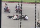 Tin tức - Video: Hai người đàn ông ngồi tâm sự giữa lòng đường sau va chạm giao thông