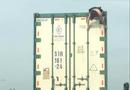 Tin tức - Video: Người phụ nữ nhảy múa trên nóc xe container ở Hà Nội