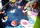 Tin tức - Video: Kinh hoàng giây phút bé trai 3 tuổi bị lật phao, suýt chết đuối trong bể bơi mầm non
