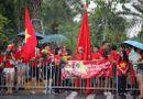 Tin tức - Hàng ngàn cổ động viên nhuộm đỏ sân bay Nội bài chờ đón Olympic Việt Nam