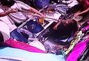 Tin thế giới - Nữ nhân viên gan dạ lấy cây chổi chỉa thẳng vào tên cướp khi bị đe dọa bằng súng