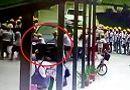 Tin tức - Video: Cô gái lái BMW lao thẳng vào nhóm học sinh
