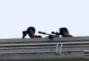 Tin tức - Gần trăm cảnh sát, lính bắn tỉa đang vây bắt người đàn ông cố thủ trong nhà