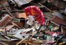 Tin thế giới - Nam nhân viên cứu hộ Indonesia đau đớn khi thấy thi thể người cha ôm chặt em gái