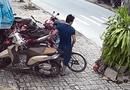 Tin tức - Video: Kỳ lạ thanh niên đi xe máy trộm xe đạp