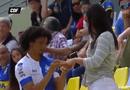 Tin tức - Clip: Ăn mừng bàn thắng, nam cầu thủ cầu hôn bạn gái ngay trên khán đài