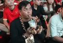 """Tin tức - CĐV """"sáng nhất"""" trận Việt Nam - Philippines: Đeo đầy vàng cùng 5 vệ sĩ ra phố cổ vũ đội tuyển Việt Nam"""