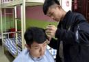 Tin tức - Nam sinh nổi tiếng vì mở salon tóc tại ký túc xá, muốn cắt phải hẹn trước vài ngày