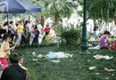 Xã hội - Hà Nội: Xử phạt việc xả rác, giẫm đạp thảm cỏ vườn hoa