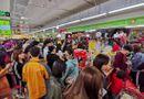 """Tin tức - Siêu thị đông nghịt người tham gia """"cuộc chiến"""" mua sắm ngày giáp Tết"""