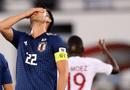 """Tin tức - Đội trưởng Nhật Bản 2 lần ôm đầu đầy tiếc nuối vì bị VAR """"sờ gáy"""""""