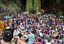 Tin tức - Hàng vạn du khách đổ về ngày đầu khai hội chùa Hương, bến đò chật cứng người