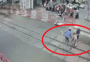 Tin tức - Video: Khoảnh khắc 2 nữ gác chắn cứu bà cụ ngay đầu đoàn tàu đang lao đến