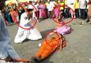 Tin tức - Video: Người đàn ông dùng rìu bổ dừa trên bụng cô gái và cái kết bất ngờ
