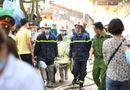 Tin trong nước - Vụ cháy xưởng ở Hà Nội: Nhói lòng hình ảnh các thi thể được bọc tạm trong chăn đưa ra ngoài