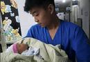 Tin trong nước - Bé trai khoảng 10 ngày tuổi bị bỏ rơi trong thùng rác giữa đêm mưa tầm tã tại Hà Nội