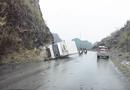 Video-Hot - Video: Thót tim pha xe tải ôm cua đâm vào núi, xe thoát nạn trong gang tấc